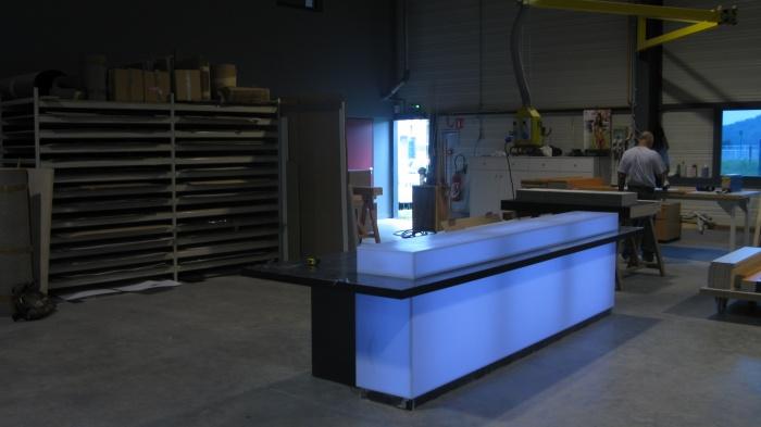 CRCI- Chambre Régionale de Commerce et d'Industrie  Rhône-Alpes-Aménagement du nouveau siège à la Confluence. : Banque Corian rétroéclairée à la fabrication