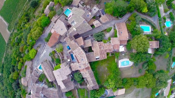 MAISON PROVENÇALE : Vue aérienne du hameau